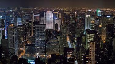 Udsigten ud over Midtown Manhattan fra 106. etage i Empire State Building. New York har 5538 højhuse, 50 skyskrabere over 200 meter, 13.087 gule taxaer, 468 undergrundsstationer og 18.696 restauranter, og der tales næsten 170 forskellige sprog blandt byens indbyggere.
