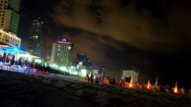 På strandbar i Tel Aviv, på dansegulv i Amman eller med taxa rundt i Istanbul. Der er masser af muligheder for at feste med de lokale i Mellemøsten, også hvis man har præference for folk af eget køn. Ikke alle storbyerne har et organiseret homonatteliv med barer eller klubber som omdrejningspunkt, men tilfældige taxiture eller cafebesøg kan nemt føre til spændende kontakter.