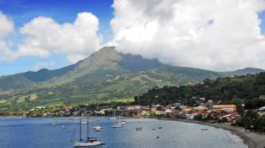 Idyllisk ser det ud: Byen Saint Pierre ved vulkanen Mont Pelée på den fransk-caribiske ø Martinique. Men som altid i Caribien lurer trusler. I 1902 sprang Mont Pelée i luften og udslettede byen og dens 30.000 indbyggere. I disse år er det vulkanen Soufriére på den britisk-caribiske ø Montserrat, der har overdænget øens hovedstad, Plymouth, og stadig rumler ildevarslende. Risiko for naturkatastrofer er en del af Caribiens oplevelser.