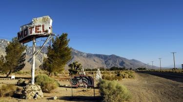 Der er et motel at finde i stort set alle små byer på vej gennem Sierra Nevada-bjergkæden, og priserne falder i takt med den økonomiske nedtur. De fleste moteller har både mikroovn og køleskab, så man kan spare endnu flere penge ved at købe små økologiske mikroovnsretter i supermarkederne.