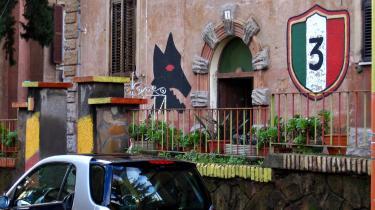 Indbyggerne i bydelen Garbatella lægger hverken skjul på deres kærlighed til botanik eller til Roms førende fodboldhold. Husene i Garbatella blev bygget med billige materialer, så de tilrejsende bønder havde råd til at bo der. Efterhånden er husene blevet vældig eftertragtede, men Garbatella er stadig en bydel for folket.
