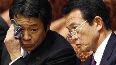 Japans økonomi skrumper hurtigere end på noget tidspunkt inden for de sidste tre årtier. Fald i eksport og mindre forbrug har ført verdens næststørste økonomi ud i den værste krise siden Anden Verdenskrig, siger regeringen. I den situation kunne finansministeren trænge til en drink