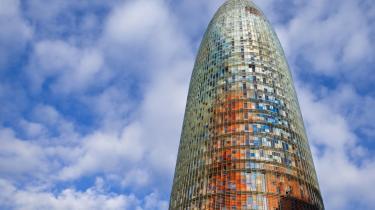 Nybyggeri og byfornyelse har været med til at placere Barcelona højt på listen over verdens bedste byer, hvad angår livskvalitet. Torre Agbar, også kaldet -Geyseren-, er kontorbygning for Barcelonas vandforsyning. De 142 meter stod færdig i 2007 og er tegnet af den franske arkitekt, Jean Nouvel, der også er manden bag Koncerthuset i DR Byen.