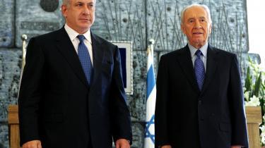 Bejamin Netanyahu (tv) blev i går bedt af Israel præsident, Shimon Peres (th), om at danne ny regering. Kadima afviser deltagelse