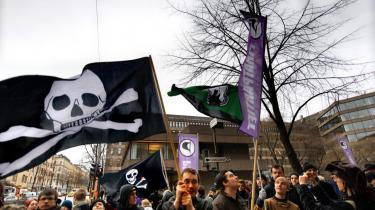 Sympatisører demonstrerer uden for retsbygningen i Stockholm, hvor retssagen mod Pirate Bay finder sted.