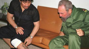 Fodboldspilleren Diego Maradona er i levende live blevet en fodboldmyte. Her viser han Cubas tidligere leder Fidel Castro sine to tatoverede myter, nemlig Castro selv og Che Guevara.