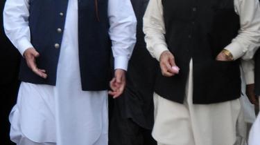 Pakistans højesteret dømmer to markante profiler ude af politik. Frygt for politisk ustabilitet, og aktieindekset rasler ned