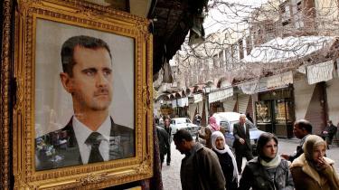 MH blev i mere end to måneder tortureret i en underjordisk celle i et fængsel i Damaskus. To gange aflagde den daværende danske konsul Ann-Mari Petersen fra den danske ambassade i Damaskus visit i fængslet, det bekræftes af Udenrigsministeriet. Den ene gang var hun ledsaget af en medarbejder hos Udlændingeservice. Det er ikke lykkedes Information at få en kommentar fra Udlændingeservice. I Damaskus- gader ses Syriens præsident, Bashar al-Assad afbilledet overalt.