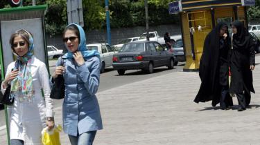 Unge iranske kvinder, der med deres egen mindre rigide tolkning af den påkrævede tildækning laver deres egen stille revolution: De bærer tørklæde, men viser velplejede lokker med lyse striber i, og makeuppen er perfekt på gaden i Teheran.