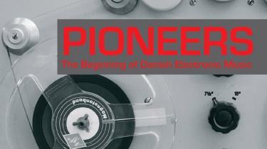 ...på en vigtig udgivelse af 60'ernes og 70'ernes hårde arbejde med primitivt elektronisk grej og en ny tids musik i Danmark. Og en lille udgivelse dokumenterer at en dansk opfinder har indspillet elektroniske klange allerede i 30'erne