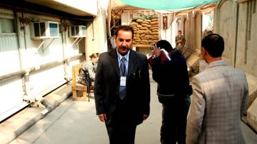 Journalisten Ahmed Dheyab, der driver Western News Agency, forlader Den Grønne Zone i Bagdad, hvor journalister akreditteres, og hvor de officielle pressemøder holdes.