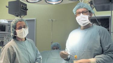 Med en privat sundhedsforsikring får mange danskere hurtigere en operation i det offentlige sundhedsvæsen. Læger med job begge steder foretager de nødvendige forundersøgelser på private klinikker, hvorefter de opererer de samme patienter på et offentligt hospital - Foran andre