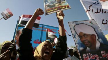 Sudanske kvinder i voldsom protest i Khartoum mod at deres siddende præsident Omar al-Bashir (på plakaterne) i går fik en arrestordre udstedt mod sig fra Den Internationale Straffedomstols (ICC) i Haag, der anklager ham for 10 forbrydelser bl.a. forbrydelser mod menneskeheden, drab, folkemord og tvangsfordrivelse. Flere end 200,000 er blevet dræbt og 2,5 million er blevet hjemløse siden 2003 i Sudans Darfur-region.