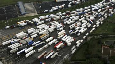 Lastbiler spærrer indkørslen til en motorvej uden for Rom den 12. december 2007. Nu vil Silvio Berlusconis regering indføre en række begrænsninger i strejkeretten, men forslaget møder hård modstand fra fagbevægelsen, der kaldet det -farligt for det demokratiske system-.