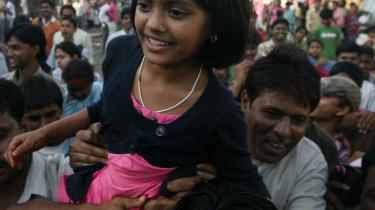 Rubina Ali Qureshi, som spiller med i -Slumdog Millionaire- blev båret gennem et af Mumbais slumkvartere efter filmen vandt otte oscars. Men antivestlige organisationer forsøger at bruge filmen som anledning til kritik af Vesten og til at fiske stemmer blandt Indiens fattigste.