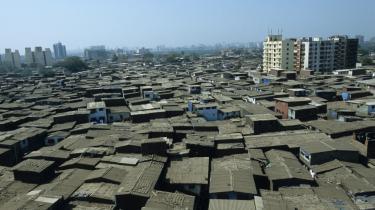 Blik. Først registrerer man den kun som et massivt, brunt tæppe, der bølger sig langt ud mod horisonten. Så træder konturerne af slummen frem, og med dem menneskene, butikkerne, dagliglivet.