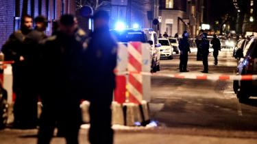Forfejlet indsats. -Politiet har ikke formået at danne sig overblik, men løber rundt, fanger tre og slipper dem fri igen. Det er useriøst,- mener en kilde, der arbejder med de unge i miljøet omkring banderne på Nørrebro.