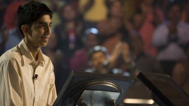 Billedskøn. Visuelt er Danny Boyles -Slumdog Millionaire- simpelthen en udelt fornøjelse, vild og kraftfuld. Her Jamal i det quizshow, der er historiens omdrejningspunkt.