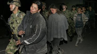 Colombianske soldater slæber afsted med tilfangetagne FARC-kvinder i februar. Glem alt om kvindekampsromantik, FARC-s syn på kvinder er yderst primitivt og dyrisk.