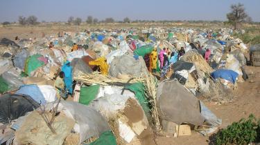 Sudans regering beskyldte i går udenlandske nødhjælpsorganisationer for at arbejde i landet med tvivlsomme motiver. Og smed således mindst 10 ngo-er ud og truer med, at flere vil følge samme vej med sult og nød til følge. Denne flygtningelejr i Kalma i Darfur ledes af schweiziske Medecins Sans Frontieres (Læger uden Grænser)