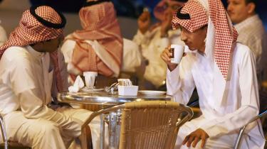 Fravær. Det er ikke bare i gadebilledet, at det saudiske kvindesyn sætter sig i gennem. Også i det offentlige liv og helt ind i privatsfæren er kvinden frataget selvstændighed og indflydelse. De spæde reformer tager ikke sigte på en demokratisering af samfundet, men på at fastholde regimets forrang over de religiøse ledere.