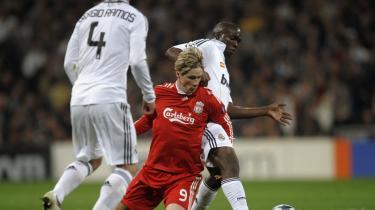 I græsset. Det var kynisk og pragmatisk, da Liverpools spanske træner lod sin stjernespiller, Fernando Torres, humpe rundt på en skade i opgøret mod Real Madrid: Målet er ikke et engelsk mesterskab.