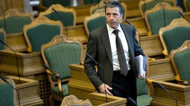 Anders Fogh Rasmussen (V) bør snart afklare, om han fortsætter karrieren i NATO eller bliver i Danmark, mener flere V-folk.
