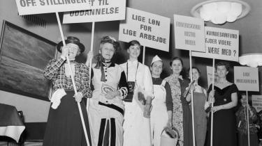 Dansk Kvindesamfunds propaganda-uge i 1957 blev indledt med et optog, der gav et kort rids af milepælene i kvindesagens historie. I dag er Danmarks ligestillingspolitik stagneret. Arkiv