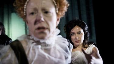 Helte. Skolebørn er verdens helte, skriver Ditte Gråbøl (t.v), der her spiller Elizabeth I i Betty Nansen Teatrets opførelse af Maria Stuart.