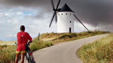 Afkodet. Informations David Rehling under en cykelferie foran en af Don Quixotes spanske vindmøller. Et billede, der gør Berlingske Tidendes kommentator Egon Balsby i stand til at aflæse Rehlings seksuelle observans.