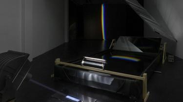 Olafur Eliassons -Your Watercolor Machine-, købt af Statens Museum for Kunst for to mio. kr., merchan-dise kan først købes den dag kunstneren giver hul i idéen om at være kunstner og i stedet sætter sine drømme og idéer fri og giver sig fuldstændig hen til oplevelsesøkonomien.