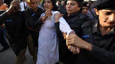 Pakistansk politi anholdt i går mindst 300 demonstrerende advokater og oppositionstilhængere. Det politiske spil i Pakistan følger et efterhånden velkendt mønster, alt imens den politiske elite ikke evner at gøre meget ved truslen fra ekstremister og den nødlidende økonomi.