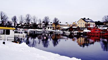 Bag skærgårdsøens Sandhamns idylliske facade gemmer sig en langt mere grum virkelighed. I hvert fald i Viveca Stens krimier, hvis handling er henlagt til skærgårdsidyllen.