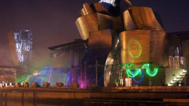 Bygningsværker som Frank Gehrys Guggenheim-museum i Bilbao har været med til at give Spanien ry som den moderne arkitekturs eldorado. Men nu er byggeboomet gået i stå, og bla. i Barcelona er ombygningen af Las Arenas sat i bero.