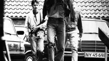 Bo Weimann - som i dag kalder han sig Weymann - føres her væk af politiet i 1990. Han blev dømt for sin medvirken i Blekingegadebandens aktiviteter, og fortryder i dag sin fortid. Han vedgår, at han er -stemmen- i Peter Øvig Knudsens bøger om banden. I dag står Weymann frem ved et pressemøde som led i et veltilrettelagt pr-stunt før premieren fredag på Anders Riis-Hansens film -Blekingegade banden-. Arkiv