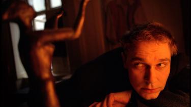 I år er det 25 år siden, Morti Vizki debuterede med 'Digtsamling', og en skovalf pludselig viste sig i 80'er-digtningens storby og neonlys. Det markeres med en udgivelse af hans samlede digte