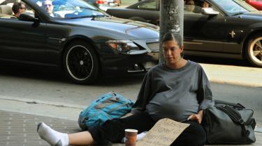 En forarmet kvinde i det rige Beverly Hills i USA tigger til dagen og vejen med skiltet med teksten: -Vær venlig at hjælpe - gravid, sulten og hjemløs. Ha- en velsignet dag-. Nu prøver USA-s centralbankdirektør, Ben Bernanke, at vende den negative stemning. Krisen vender i år, hævder han.