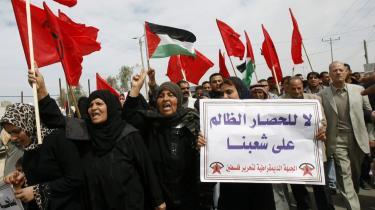 Palæstinensere demonstrerer ved Rafah-grænseovergangen mod Israels blokade af Gaza.