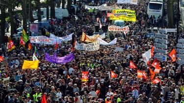 Millioner af franskmænd demonstrerede i går mod regeringens håndtering af den økonomiske krise - her en demonstration i Nantes.