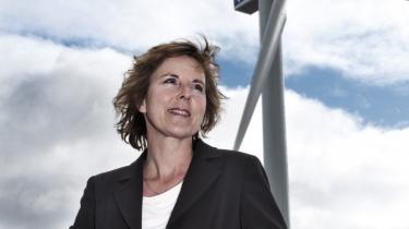 Aprilsnar? Klima- og energiminister Connie Hedegaard står under den videnskabelige klimakongres d. 10 marts 2009 foran den store Vestas-vindmølle, der i øjeblikket snurrer foran Bella Centret og producerer strøm svarende til 300 husstandes elforbrug. Er det tegn på, at nye bæredygtige tider på vej, eller er det et billede på, at det grønne er blevet en markedsføringstrend, alle vil være del af? Ifølge centret skal møllen fjernes igen 1. april næste år.