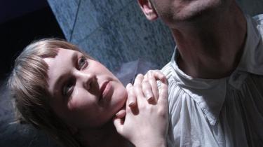 Hvordan går det, når kærligheden har hemmeligheder? Eller er hemmelighederne erotikkens drivkraft? Klaus Risager og Jomi Massage dyster fabelagtigt om kærligheden med præcisionssmukke stemmer og passionskroppe i -Bag 7 Døre-.