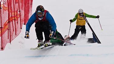 I rød vest og fuld fart farer Markus Kilsgaard mod målet og danmarksmesterskabet i Skier X.