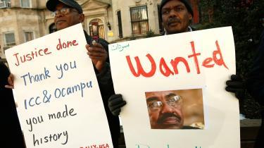 Aktivister i foran den sudanesiske ambassade i Washington sætter deres lidt til, at Den Internationale Krigsforbryderdomstol holder den sudanesiske præsident, Omar Hassan al-Bashi, op på de forbrydelser mod menneskeheden, han er anklaget for.