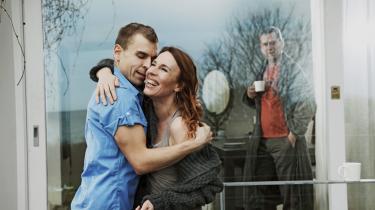Ann Eleonora Jørgensen i erotisk storm mod Søren Spannings supercharmerende forfører. En hånd på hendes albue, så er hun hans i -Øjeblikket- på Edison.