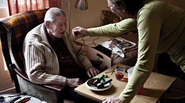 Dilemma. Hvis en hjemmehjælper, der har taget sig ekstra tid til en hr. Larsen, der savner sin afdøde kone, tilbage på kontoret får beskeden, -har du nu igen givet en ydelse, der ikke er visiteret til-, så -har vi konflikten mellem det, der er tid til, og det medarbejdere føler er hendes medmenneskelige pligt,- siger Thyra Frank, der er leder på plejehjemmet Lotte, hvor Harry Madsen (t.v.) bor og Søs Poulsen arbejder som plejer.