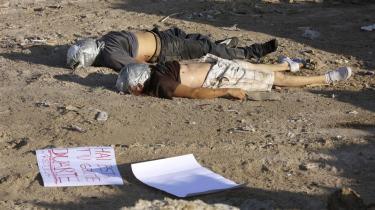 Ligene af to mishandlede mænd med hovederne rullet ind i tape uden for Tijuana i januar. På skiltet på jorden står på spansk: -Her har du dine mænd, Duarte. Saml dem op-.