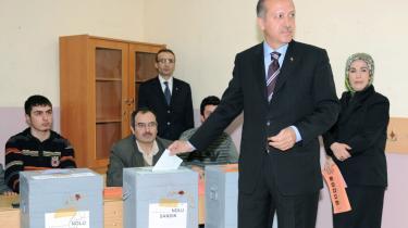 Premierminister Erdogans politiske stil, der præges af reprimander til vælgerne frem for opmuntringer, har ifølge nogle analytikere spillet ind på AKP-s valgresultat.