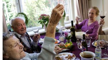 Danmark har et af Europas mest privatiserede pensionssystemer, men at det skal være sådan, har aldrig været genstand for nogen større politisk debat. Resultatet kan blive -massiv ulighed- advarer forskere. Her skåler beboere på friplejehjemmet Lotte.