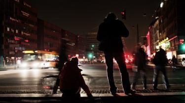 Ren symbolik. Sluk lyset-aktionen i lørdags, der her på Rådhuspladsen i København mest fik effekt på gadeblysningen, var ren symbolik. Svar på, hvad vi skal forandre i hverdagen, er vigtigere.