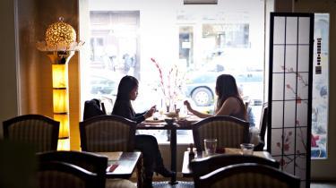 Chinatown. De mange kinisiske gæster i det lille hyggelige lokale er et godt tegn på, at maden er ægte; kinesiske smagsløg lader sig ikke snyde.